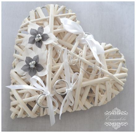 """porte alliance en rotin cœur blanc réalisé avec des fleurs blanches et grises,perles assorties, et ruban blanc , inscription """"oui"""" en version argentée. Ce porte allian - 20937794"""