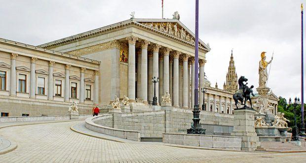 Weil Großbritannien auf seinen Vorsitz im EU-Rat verzichtet hat, rücken die anderen Länder vor. Österreichs Ratsvorsitz fällt jedoch direkt in die Zeit der Neuwahl des Nationalrats. Aber auch andere Gründe sprechen für vorgezogene Parlamentswahlen.