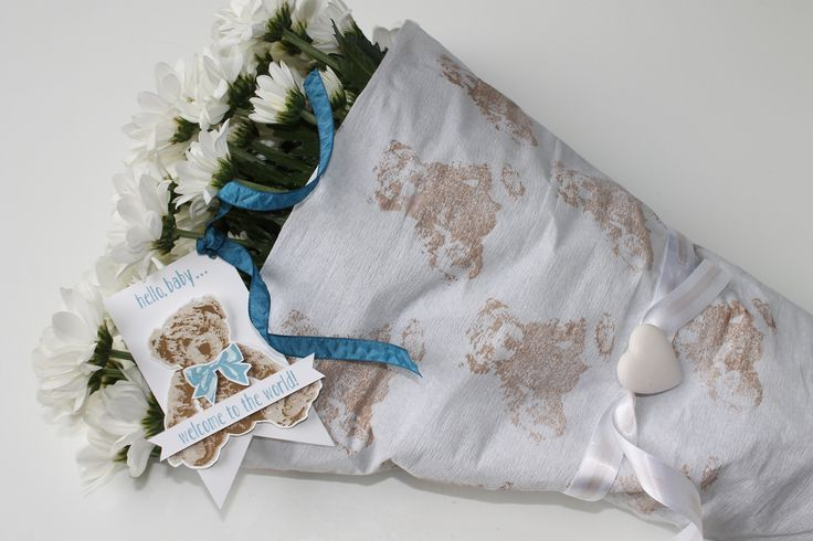 Welkom op deze wereld! - Geef een mooie bos bloemen cadeau bij een geboorte. Maak het persoonlijk door het zelf in te pakken en te voorzien van een label. #geboorte #inpakken #label #welkom #bloemen #DIY #knutselen #creatief #pons #knutselen #papier #stansen #stempels #stempelset #creatief #liefde #baby