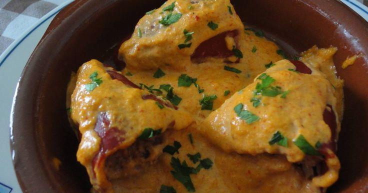 Fabulosa receta para Pimientos de piquillo rellenos de atún con tomate . Estos pimientos rellenos son muy fáciles de preparar, llevan muy pocas cosas y con el toque de salsa de pimientos tienen un toque algo distinto.