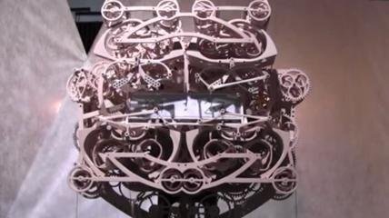 Perché accontentarsi di un preciso quanto banale orologio digitale? C'è ancora qualcosa di inspiegabile nel fascino che generano ingranaggi, molle e intricati meccanismi che si muovono in modo armonico. Questo complesso orologio disegnato, progettato e costruito dagli studenti dell'Università Tohoku di Arte e Design in Giappone, segna ad ogni minuto il tempo, scrivendolo. Per mezzo di quattro braccia di legno, orchestrati da 400 componenti, quattro penne magnetiche scrivono e riscrivono…