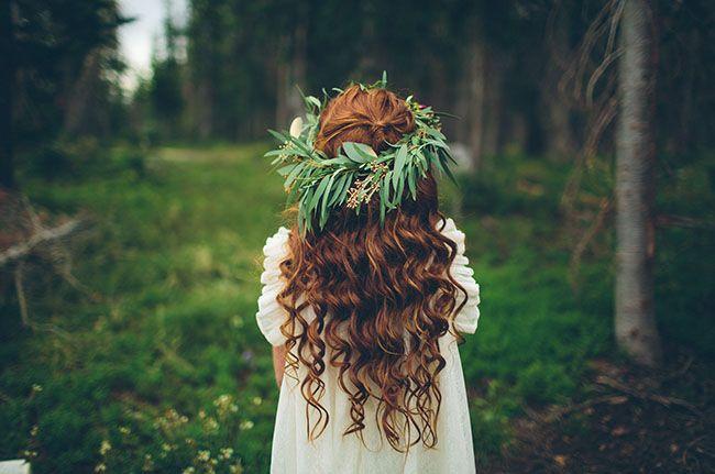 Daminha de honra com coroa de flores