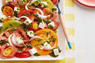 Bien que les magnifiques tomates de cette salade parlent d'elles-mêmes, l'oignon Vidalia, la vinaigrette aux fines herbes et le féta ne font que les mettre davantage en valeur. Cette salade est à essayer absolument!