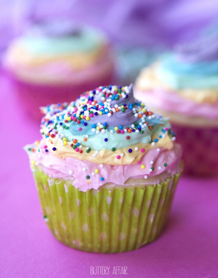 Vanilla Cupcakes with Rainbow Frosting and Strawberry Filling: Rainbows Frostings, Vanilla Cupcakes, Cakes Cupcakes Pop, Cupcakes Blog, Cupcakes Recipes, Rainbows Cupcakes, Cupcakes With Rainbows, Strawberries Fillings, Cupcakes Yum