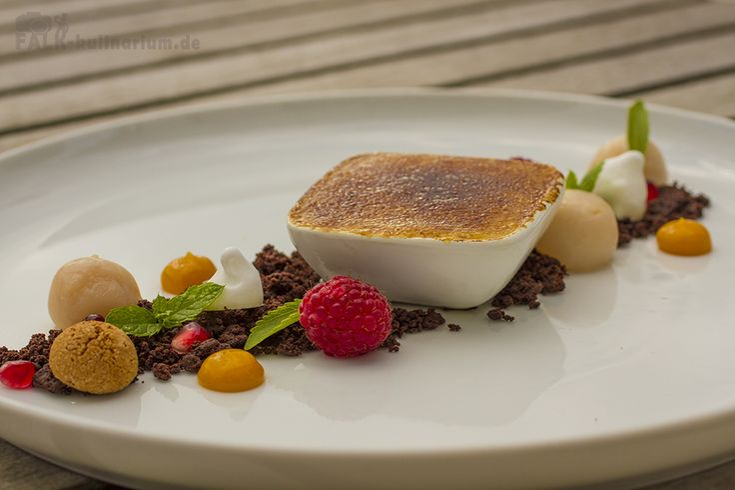Mango-Ingwer-Creme-Brulee mit Kardamom-Litschis