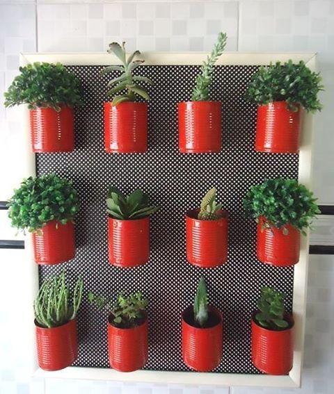 """Da série: """"Novos usos, para velhos objetos"""".  A horta em casa está em alta e feito por nós mesmo, melhor ainda.   Aqui o pegboard ganhou uma moldura e as latas velhas, ganharam cor.    #Adoro #MuitoLindo #TudoOrganizado #FacilDeFazer #FaçaVcMesma #FaçaComAmor #Reutilização #Pegboard #Latinhas #Reaproveitamento #Tamo_Junto_Amiga #Tamo_JuntoNasDicas #Tamo_JuntoDiy"""