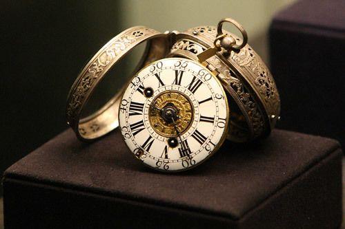 Время в наших руках  Определение времени во многом определило и ход развития человеческой цивилизации. Данные о времени позволяли человеку планировать свои дальнейшие действия и в известной степени предугадывать их последствия. Поэтому изобретение часов можно считать одним из величайших изобретений человечества.  НЕМНОГО ИЗ ИСТОРИИ РАЗВИТИЯ ЧАСОВ  По некоторым данным первые успешные попытки измерить время были предприняты на территории современного Китая. Основой для такого измерения служила…