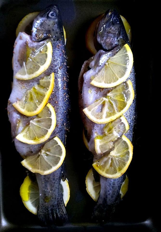 """Trout with lemon and cellery, and sprinkled with sea salt, white pepper and olive oil. -------------------------------------------------------- Pisztráng sok-sok citrommal és zellerzölddel a hasában, olívaolajjal, tengeri sóval és színes borssal """"öntözve"""". Már csak 20-30 perc a 200 fokos sütöben és kész is."""