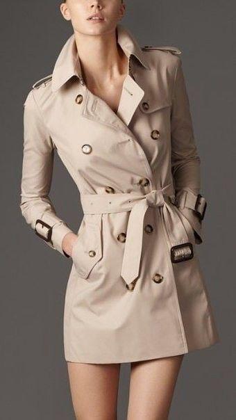 Clásicas gabardinas de color beige - una prenda básica en el armario de una mujer...