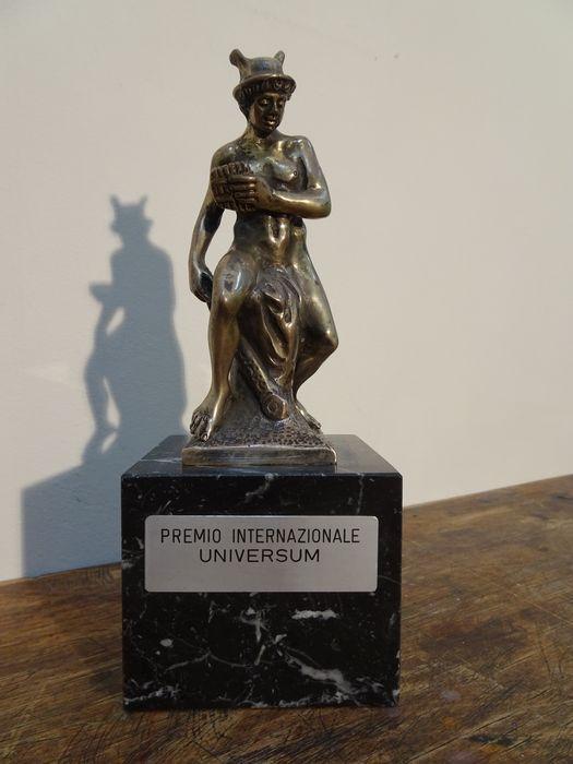 Hermes voor hij Argus dood (Bertel Thorvaldsen) - Italië - 19e eeuw  Massief zilver (800) beeldje van Hermes op een zwart marmeren voet gemaakt naar het voorbeeld van een beeld van Bertel Thorvaldsen.Dit beeldje is in de jaren '70 aan Corneille gegeven voor zijn oeuvre. Verdere info ontbreekt. Etiket kan eventueel verwijderd worden.Bertel (in Italië: Alberto) Thorvaldsen (19 november 1770 - 24 maart 1844) was een Deens / IJslandse beeldhouwer van internationale allure die het grootste deel…