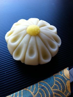 "Chrysanthemum ; Namagashi on the season of the ""candy 舗 Takeuchi Hanando"""