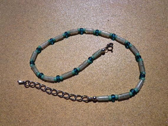 Deze enkelbandje heeft natuurlijke licht groene aventurine edelsteen kralen 12mm slanke ronde buizen. De edelstenen zijn gelijkmatig verdeeld met mintgroen 2mm en 3mm teal glaskralen.  Aan het eind voegde ik een zilveren vergulde extensie ketting 2(5cm) met de charme van een daling.  Lengte: 10 1/2(26.8 cm) zonder extensie keten Gewicht: .2oz (7gm)  De enkel-armband komt cadeau verpakt en klaar voor het geven van.  Zie ankle Armbanden bij https://www.etsy.com/shop/su...