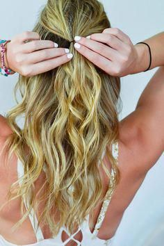 how to style hair in humidity, summer hairstyles, hair tutorial, wavy hairstyle, blonde highlights Living Proof #nofrizz #Diyhairstyles
