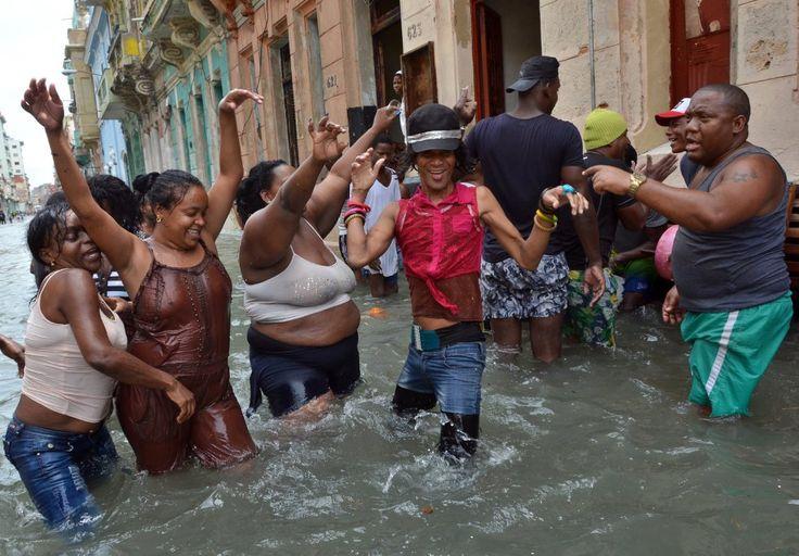 Un grupo de habitantes de La Habana (Cuba) bailan en una calle inundada tras el paso del huracán Irma.