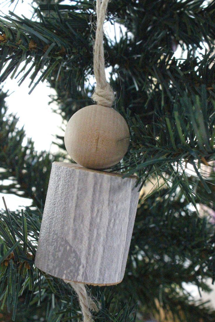 Addobbo natalizio per l'albero o la casa creato in legno naturale e carta da parati grigia effetto legno con fantasia a volute. Shabby chic! di IlluminoHomeIdeas su Etsy