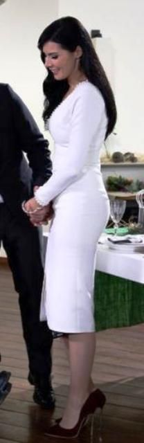 Kaderimin Yazıldığı Gün 42.bölüm kıyafetleri Elif beyaz elbiseSüleyman Tezcan  ve bordo ayakkabı