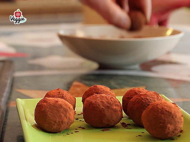 """Ecco la terza video-ricetta con Stefano Momentè """"Castagne tartufate""""! Non perdere la nuova serie su Veggie Channel: """"In cucina con Stefano Momentè"""". Per la ricetta clicca il LINK: http://veggiechannel.com/video/ricette-vegane-e-vegetariane/castagne-tartufate-stefano-momente"""
