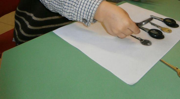 Kopieer de sleutels met de kopieermachine. De kleuters moeten de echte sleutels op het de kopie leggen.