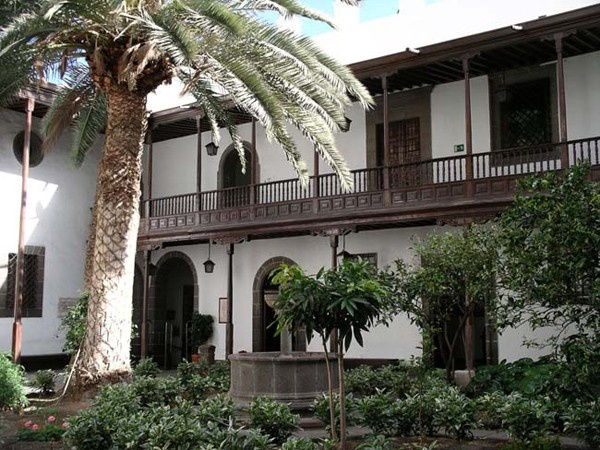 Improve your conversational skills in Spanish fast. Learn foreign languages fast. (photo: Patio of a colonial house in Gran Canaria)