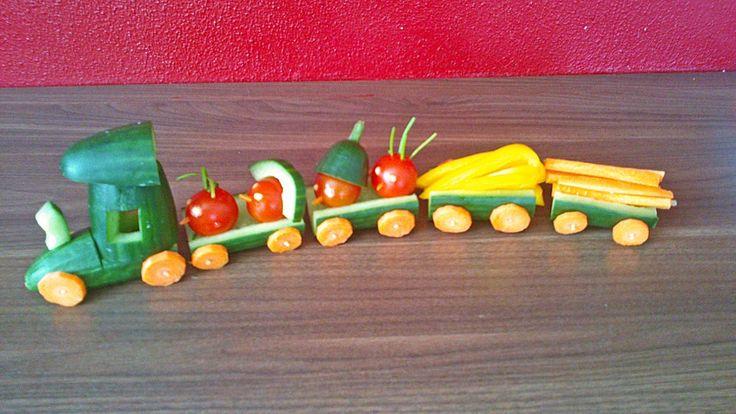 Gurkenzug, gesundes aus Gemüse für den Kindergeburtstag, Zutaten 2 Gurke(n), (eine als Zug und eine für den Verschnitt) 1 Möhre(n) 2 Radieschen Gemüse als Fracht für den Zug (Paprika, Radieschen, etc.)