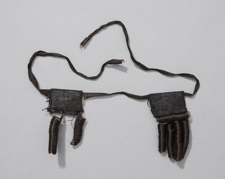 'valse' haarlokjesvoor onder de muts van Terschelling De losse lokjes worden zo onder de muts bevestigd dat de pijpenkrullen aan weerskanten van het voorhoofd onder de muts uit komen. #Terschelling