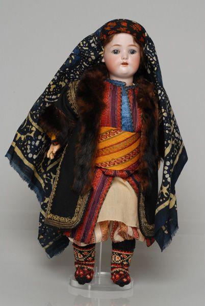 Πορσελάνινη κούκλα από τη συλλογή της βασίλισσας Όλγας ντυμένη με τη γυναικεία, πένθιμη φορεσιά της ανύπαντρης από το Καστελλόριζο