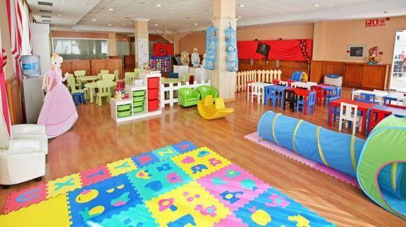 CASTELLÓN, PEÑISCOLA. Ref.9427 Alquiler bungalows en la urb Jardines del Plaza. Disponen de 2 dormitorios, cocina, salón comedor, baño, aseo, terraza, porche y #jardín_particular. Complejo con jardines, piscinas, restaurantes, cafeterías, #balneario_spa, #parque_infantil, #gimnasio,  bailes nocturnos y #animación_infantil diurna. Los bungalows están en #primera_línea de una extraordinaria playa, tranquila y sin masificación y frente al paseo marítimo. Ref:9427 #apartamento_con_zona_infantil