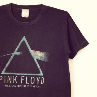 GOOD ROCK SEED PINK FLOYD 狂気  1965年結成の最強ライブバンド'Pink Floyd'のプリズムを表現した有名なアートワークを擦れプリントで表現。古着好きも飛びついちゃう一枚。
