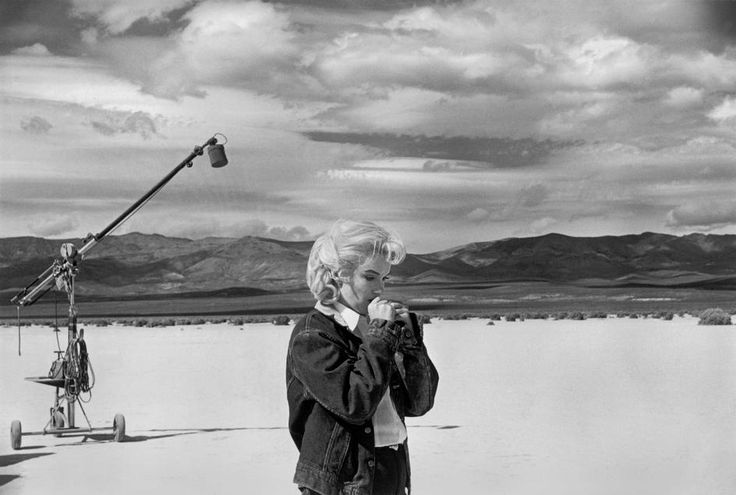 """Marilyn MONROE on the Nevada desert going over her lines for a difficult scene she is about to play with Clarke GABLE in the film """"The Misfits"""" by John HUSTON. 1960."""