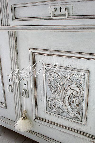 XIX-wieczny kredens eklektyczny - rzeźbienia na drzwiach komody . © 2014 Atelier Malowana. All rights reserved. http://ateliermalowana.pl/