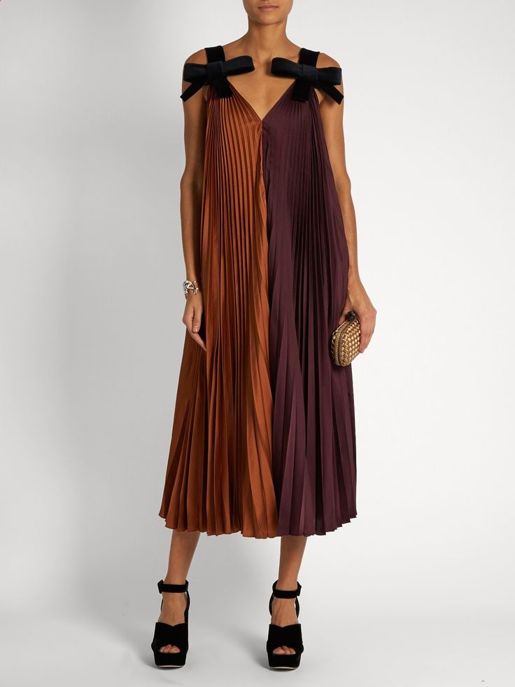 Clothes for Romantic Night - Roksanda takes inspiration from cult classic The Night Porter for AW16 – a reference echoed in this darkly romantic pleated crepe Fahadi dress. Its designed in rich deep-burgundy and burnt-orange hues, and falls fluidly over the frame from thick navy velvet shoulder straps. Finish the look for evening with a jewel-hued clutch and velvet platforms sandals. - If you are planning an unforgettable night with your lover, you can not stop reading this!
