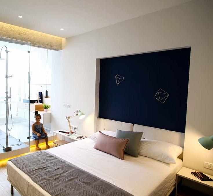 Pareti trasparenti e luce naturale nella camera da letto di questo appartamento a Tel Aviv // Glass walls and naturali light in the bedroom of this 110 sm apt in Tel Aviv • Project: Dori Interior Design