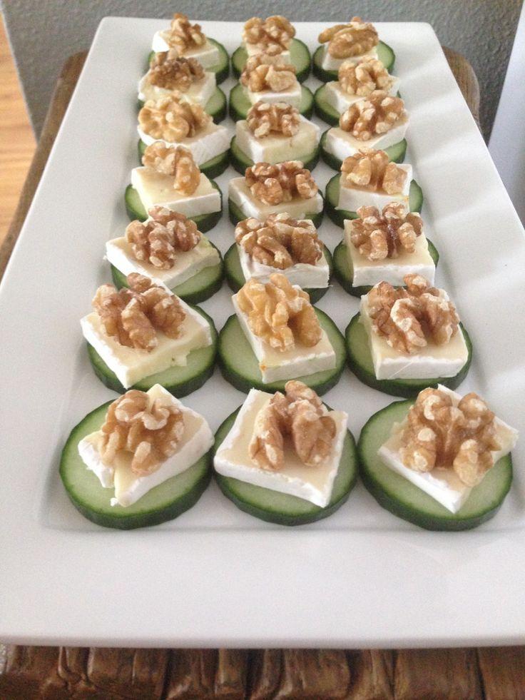 Een eenvoudig, maar heerlijk hapje.. Een plakje komkommer, stukje brie een walnoot en als laatste een drupje honing erop ......
