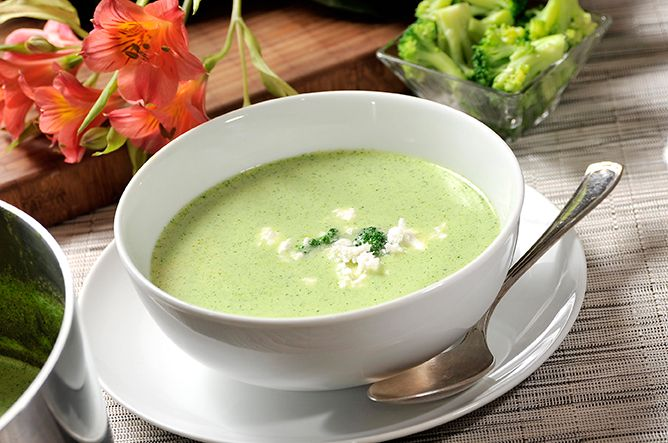 La Crema de Brócoli es una rica entrada y si le agregas queso espolvoreado para decorar resaltarás su sabor, y luego sólo queda llamar a tu familia a comer.