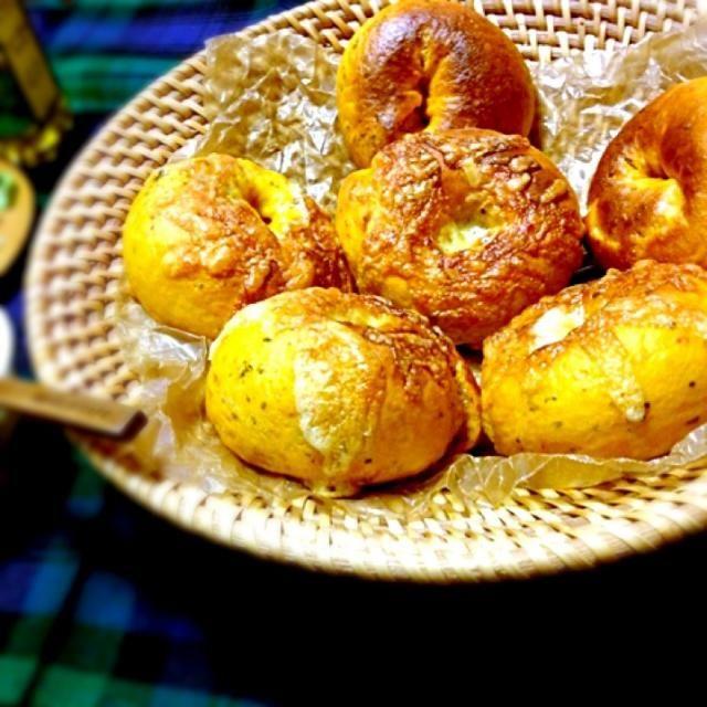 みどりさんの時短ベーグル早速リピしてます( ›◡ु‹ )  昨日作ったベーグルは姉が気に入って持って帰りましたww  今回はトマトベーグルにしました カゴメのトマトソースを水分の代わりにして、中はコルビージャックチーズ&レッドチェダーチーズ入れました あとバジルも! とっても美味しくてピザベーグル風になりました みどりさん素敵レシピありがとぅ♡̷♡̷ஐ(•̤ॢ ᗜ •̤ॢ)ஐ♡̷♡̷ - 80件のもぐもぐ - 1時間で焼けるベーグル by ayukana