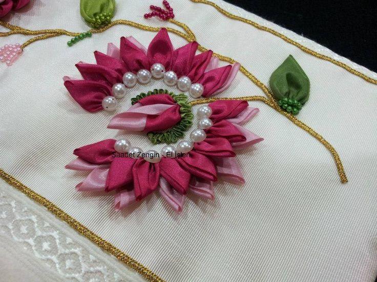 Flor Bordada en Cinta con Perlas