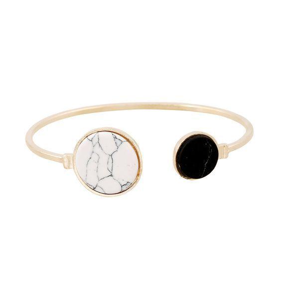 Bracelet tendance femme. Un bracelet fantaisie tendance 2017 . Bracelet réglable convient à tous les poignets.Ce bracelet tendancea tout ce qu'il lui faut pour devenir l'accessoire incontournable de la saison! Profitez de bracelet à prix mini! Emballage cadeau offert!