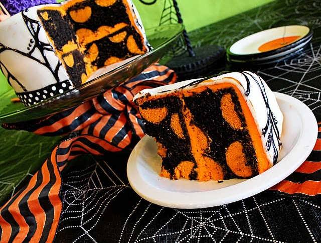 How to make a polka dot cake - amazing!: Cakes Batter, Cakes Ideas, Cakes Pop, Polka Dots Cakes, Holidays, Colors Schemes, White Cakes, Halloween Cakes, Cakes Ball