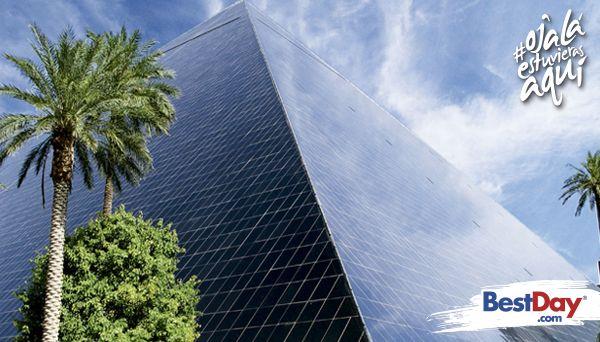 Esta propiedad es reconocida por su pirámide de cristal y su enorme esfinge, construcciones que se muestran esplendorosas durante el día y por la noche, puedes ver la brillante columna de luz proveniente de la cima de la pirámide. Sorpréndete con la elegancia y la mística decoración en estilo egipcio que predomina en sus interiores y vive una experiencia inolvidable en este impresionante destino. #OjalaEstuvierasAqui