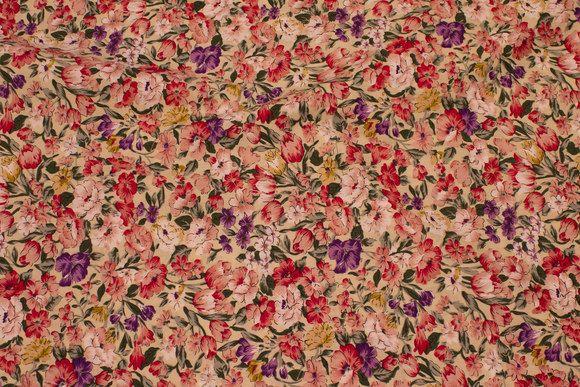 Sandfarvet bomuld med lilla og røde blomster
