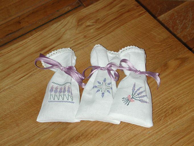 Questi sono sacchettini portalavanda, ricamati e confezionati su tela Aida, con bordino lavorato all'uncinetto. Li ho fatti per regalarli a mia figlia.