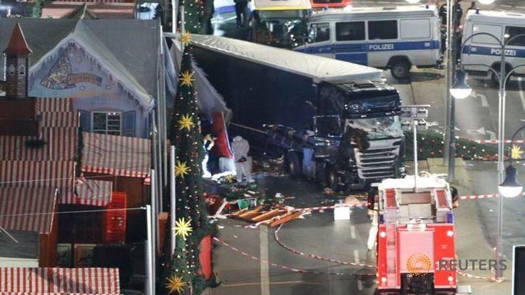 "Turki mengecam keras ""insiden"" truk di pasar Natal Berlin  TURKI (Arrahmah.com) - Kementerian Luar Negeri Turki mengutuk keras insiden pada Senin (19/12/2016) malam di Berlin yang menewaskan 12 orang di pasar Natal lansir WB.  Dalam sebuah pernyataan Selasa (20/12) kementerian menyatakan belasungkawa mereka kepada orang-orang Jerman untuk apa yang mereka sebut sebagai ""serangan teroris"".  Sedikitnya 12 orang tewas dan 48 lainnya terluka ketika sebuah truk menabrak pasar Natal yang padat di…"