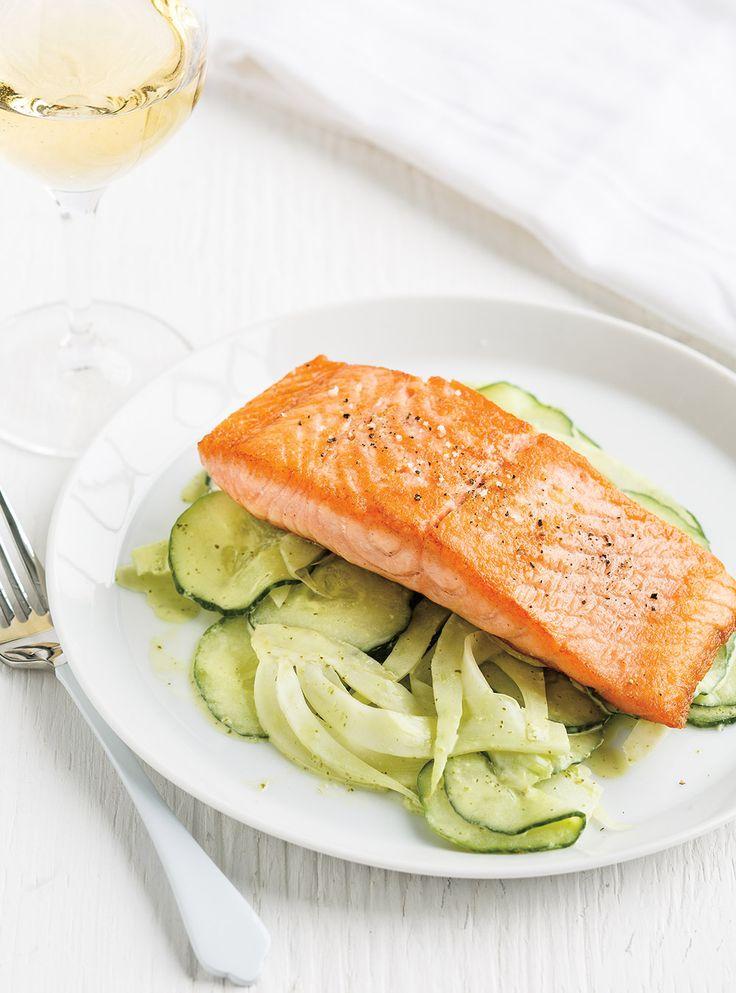 Recette de Ricardo de saumon sur salade de concombre et de fenouil