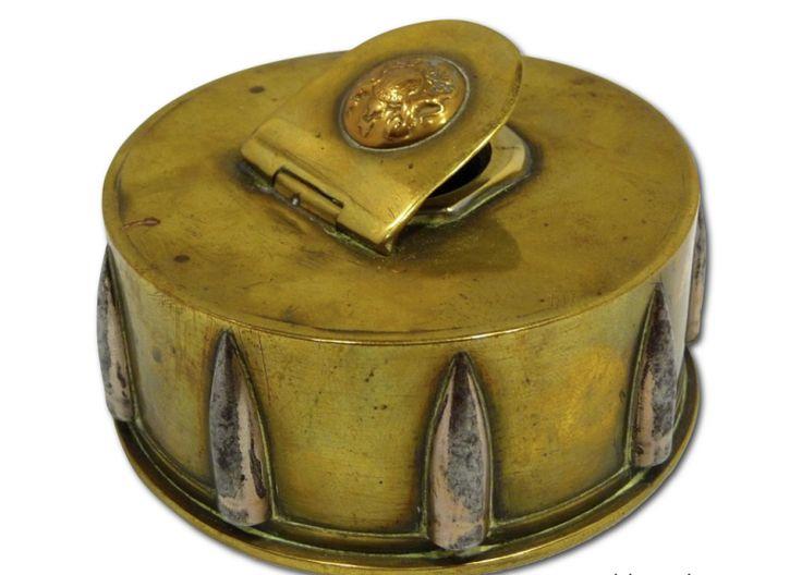 Encrier réalisé à partir d'une douille d'obus Français de calibre 75 et de balles de fusil. Le couvercle est orné d'un bouton d'uniforme Anglais. Dimensions : diamètre 8,5cm , hauteur 3,5cm.