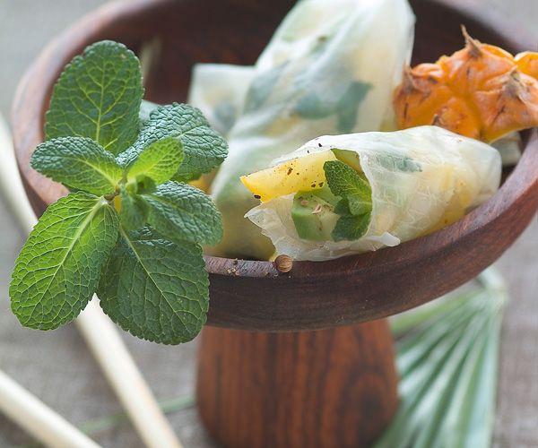 En apéritif ou en entrée, Gourmand magazine vous suggère cette recette de rouleaux de printemps à l'ananas. Vos invités vont adorer !