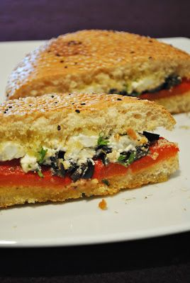 Küchenzaubereien: Fladenbrot-Sandwich mit Schafskäse, gerösteten Paprika & Oliven