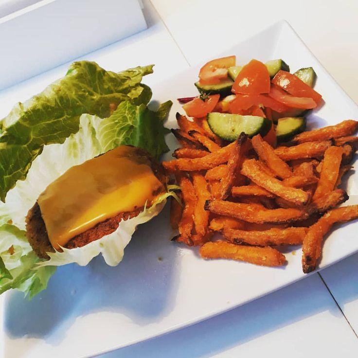 kycklingburgare med sötpotatispommes och lite grönsaker 😍👍 #teamjustcheck #potatis #sötpotatis #pommes #kyckling #burgare salladswrap sallad bröd wrap ost lök
