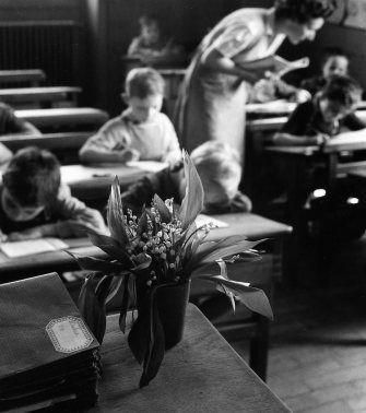 Le bouquet de la maîtresse   Paris 1956  ¤ Robert Doisneau   1 mai 2015   Atelier Robert Doisneau   Site officiel