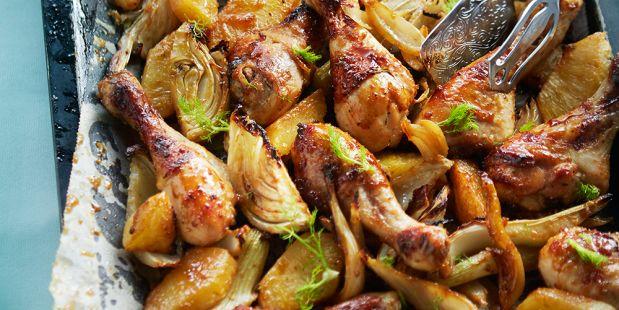 Kip gemarineerd met verse gember, stemgember, knoflook, ketjap, honing, olie en tijm uit de oven met ananas en venkel.