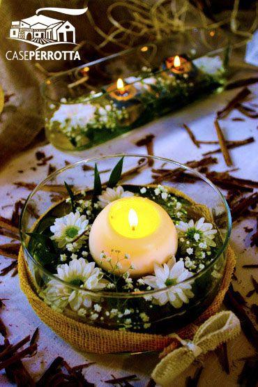 Candela gialla con fiori e cannella